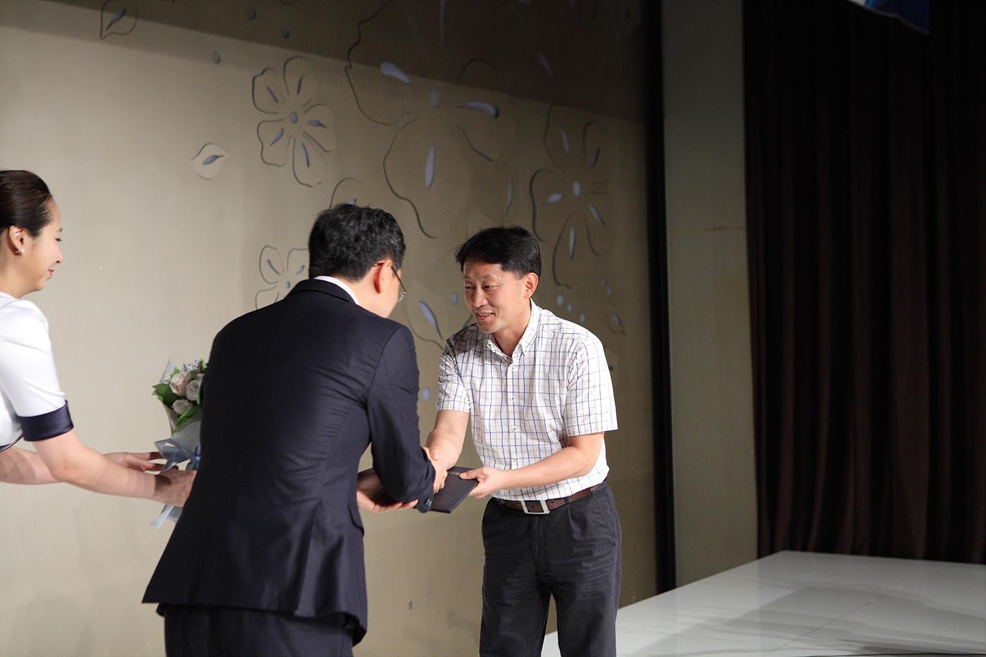 최기창 방송과기술 편집장을 대신해 공로패를 수상하는 이정택 편집장